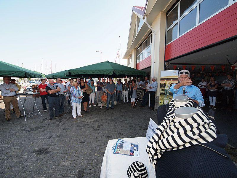 """Kees Alberts spreekt de VIP's (veel BF'ers, Bekende Friezen) toe voor zijn nieuwe """"clubhuis"""", een soort Frisian Yacht Club (Harlingen), maar dan laagdrempeliger en multifunctioneler."""