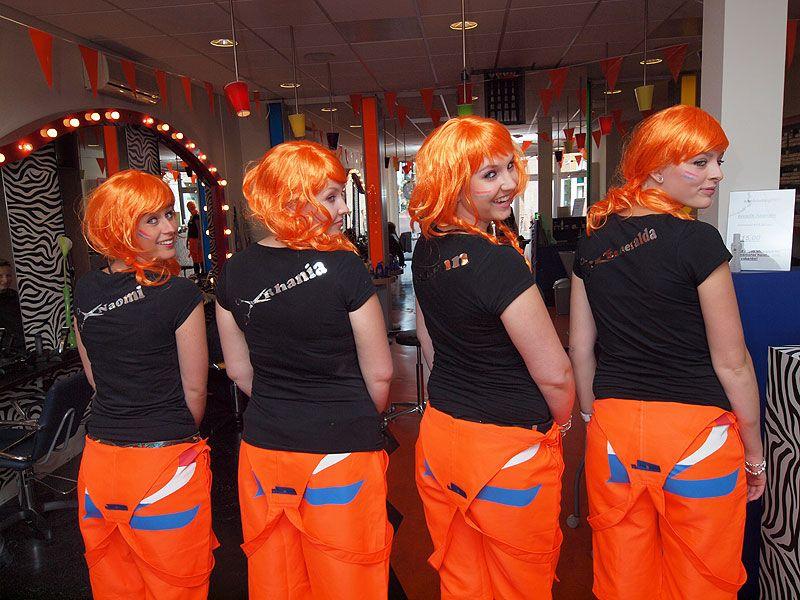 Naomi Heckeroth, Rhania Boers, Lynn Sybrandy en Esmeralda van der Hoogen (van links naar rechts) zijn apetrots op hun nieuwe outfit.