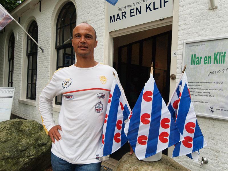 Daniël Hoek's zoektocht naar het Nederlandse aandeel van zijn persoon eindigde in het Friese Oudemirdum. Foto: Friesland Holland Nieuwsdienst.