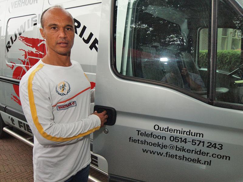 Daniël helpt zijn halfbroer Michiel bij het brengen en halen van fietsen van fietsverhuurbedrijf 't Fietshoekje in Oudemirdum.