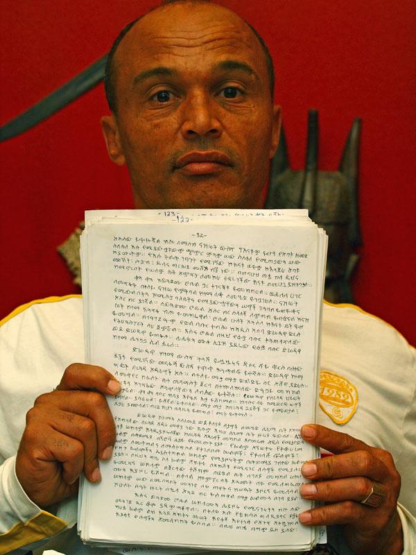 Het originele manuscript bestaat uit honderden met de hand in het Amhaars geschreven vellen.