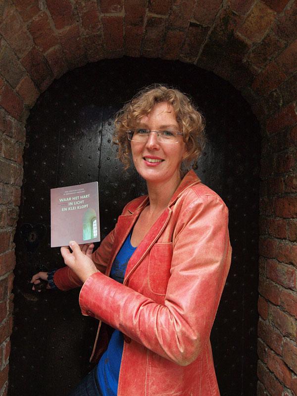 Ds. Yvonne Hiemstra bevordert cultuurtoerisme in Friesland met leuk boekje