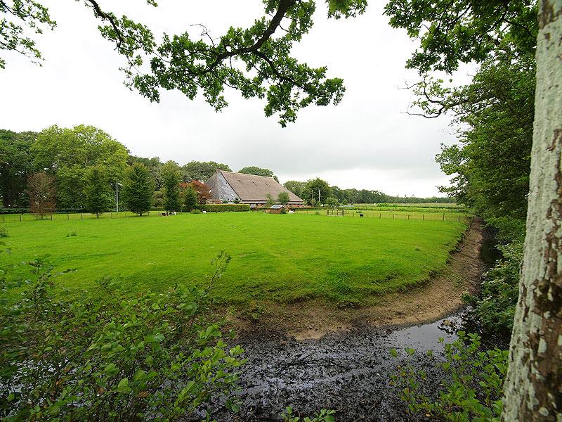 Het landbouwmuseum van Dick en Marjanne van der Zwaag is gehuisvest in een enorme eeuwenoude adellijke boerderij aan de brink in Veenklooster tegenover Fogelsanghstate.