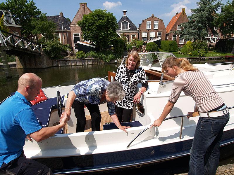 Biedt mevrouw Braakhekke een vaartochtje voor de deur aan en ze hapt toe. Jelger de Jong van Ottenhome Heeg voer haar met het Elfstedenjacht van zijn baas, een RiverCruise 31, door Hindeloopen.