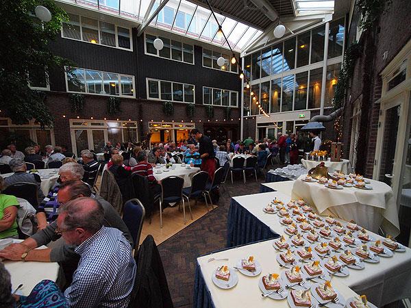 Koffie en echte Friese oranjekoek in de wintertuin van hotel-restaurant Galamadammen.