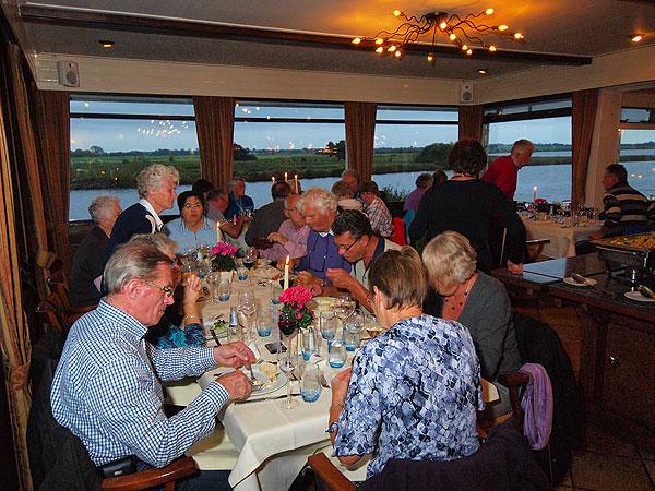 Dineren in de serrerestaurants van Galamadammen, met uitzicht op het water, voorbijvarende pleziervaartuigen en Gaasterland, is een evergreen.