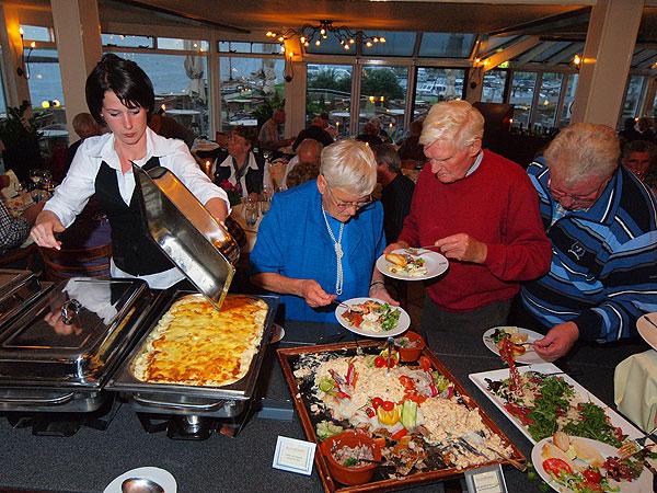 ZDineren in de serrerestaurants van Galamadammen, met uitzicht op het water, voorbijvarende pleziervaartuigen en Gaasterland, is een evergreen.