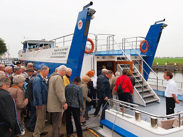 Weer of geen weer, een tocht met een rondvaartboot doet iedereen goed. Bij mooi weer kan op de Toerist V van Van der Werff uit Sneek iedereen buiten zitten. Regen is geen ramp, want in no-time is het gezelllig in de salon waar plaats is voor 130 passagiers.