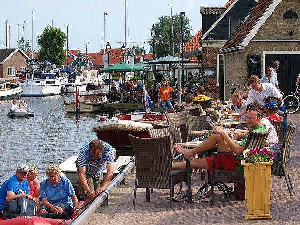 """De Friese meren bieden """"mehr als Wasser"""" (meer dan water): gezellige terrasjes aan de waterkant in Heeg bijvoorbeeld."""
