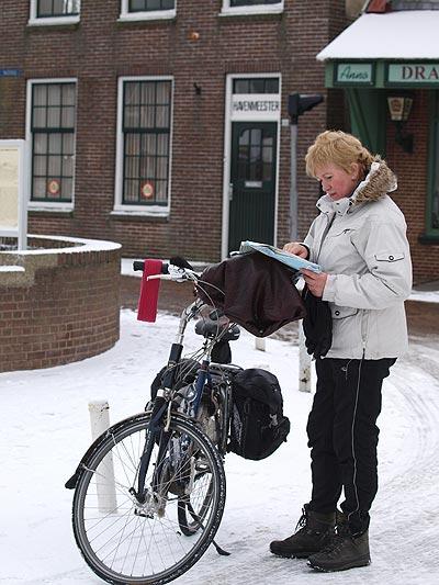 """Fokje van der Meer droeg speciale outdoor- en fietskleding: """"Ik heb het niet één keer koud gehad, ondanks dat mijn kleren de eerste dag helemaal doorweekt waren door de aanhoudende regen."""" Om warme handen te houden droeg ze winterhandschoenen en had ze een hoes om de stuurbeugel gemaakt."""