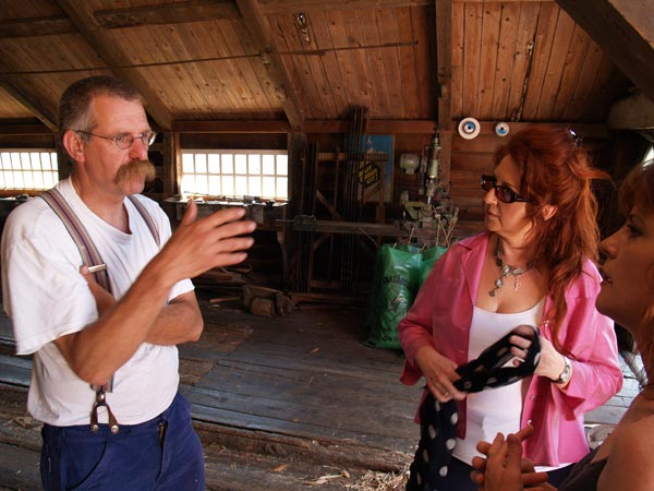 Simon Jellema (links) kan dit jaar, 2011, een feestje bouwen. Zijn molen blijkt dit jaar 300 jaar oud.