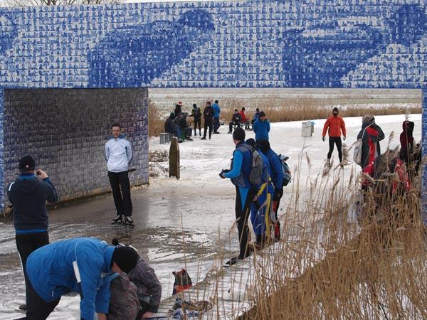 Schaatsen bij de Elfsteden tegeltjesbrug bij Gytsjerk (Giekerk) is even verleden tijd. En anders maar op de fiets naar één van de beroemdste Elfsteden-bruggen. Elfsteden fietsarrangementen vindt u op www.frieslandhollandtravel.nl Foto: Friesland Holland Nieuwsdienst, Marian de Wolff.