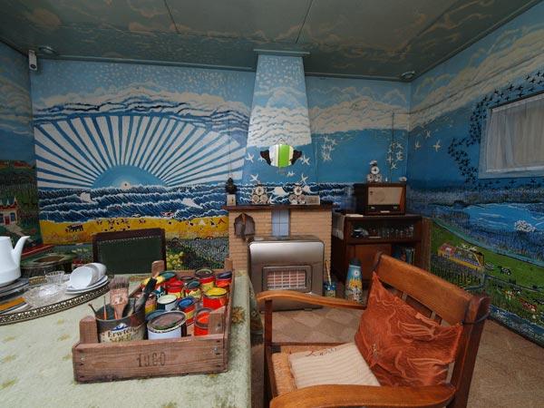 De deelnemers aan de Markant Friesland Cruise ontdekken de verborgen schatten van Noordoost Fryslân en het Lauwersmeergebied, zoals dit opmerkelijke huisje van de kunstschilder en melkvervoerder Ruurd Wiersma in Burdaard.
