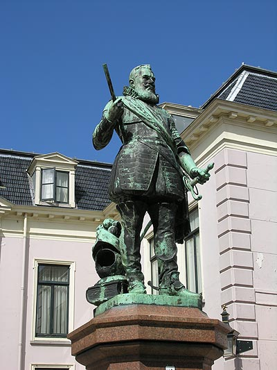 """De tijd van de stadhouders is nog overal in Leeuwarden aanwezig. In het Stadhouderlijk Hof, gebouwd in 1564, woonde de eerste Friese stadhouder, Willem Lodewijk van Nassau Dietz, van 1587 tot zijn dood in 1620. Tegenwoordig is in dit paleis een zeer luxe hotel van de Fletcher-groep ondergebracht. Tegenover het hof werd in 1906 een standbeeld van 'Us Heit' (Fries voor """"onze vader"""") geplaatst, ter herinnering aan Willem Lodewijk."""