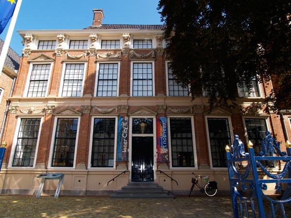 """Andere herinneringen van de Nassaus zijn onder andere het keramiekmuseum en paleis Princessehof en de achterliggende """"lusthof"""" Prinsentuin. Het Princessehof (1640) is het voormalige privé-paleisje van de weduwe van stadhouder Johan Willem Friso, prinses Maria Louise, landgravin van Hessen-Kassel, bij de Friezen bekend als Marijke Meu. 'Tante Marijke' (1688-1765) was zeer populair onder de Friese bevolking: een prinses zonder kapsones. Ze was de overgrootmoeder van koning Willem I en als zodanig de stammoeder van ons vorstenhuis."""