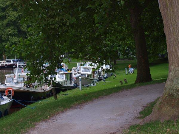"""De """"lusthof"""" Prinsentuin is in 1648 aangelegd op de stadswallen van Leeuwarden en is nu een openbaar park en een populaire aanlegplaats voor boten. De tuin, slechts een paar minuten lopen van het oude stadshart met zijn vele monumenten, ligt aan de Elfsteden vaar- en fietsroute"""
