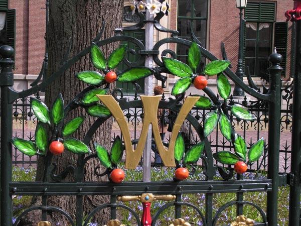 Midden op het plein voor het stadhuis van Leeuwarden staat een oude linde, de zogenaamde Wilhelminaboom, die in 1898 in verband met de troonbestijging van koningin Wilhelmina werd geplant. Het hek er omheen is van decoratie voorzien in de vorm van oranje twijgen, vruchten en bladen waarin een gekroonde 'W' is verwerkt.