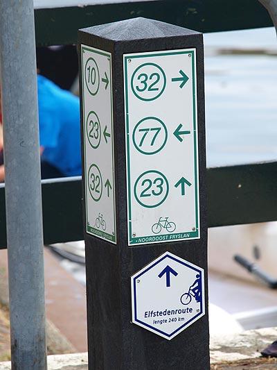 Eén van de best bewegwijzerde fietsroutes is de Elfstedenroute.