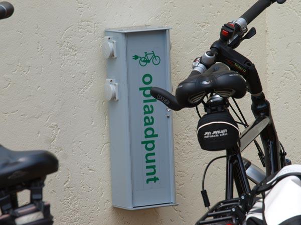 Bij veel Friese horecabedrijven, zoals hier bij hotel-restaurant It Posthûs in Burdaard is een oplaadpunt.