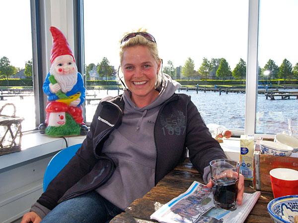 Havenmeester Minke Adema zingt de bolders van de steigers tijdens de Vaarvierdaagse van Langweer.