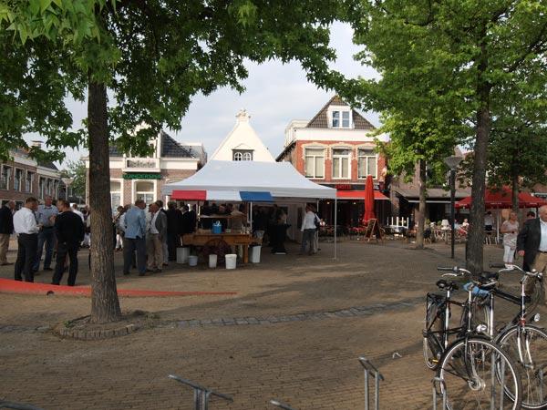 Drukte voor de deur van Frieslands bekendste kok, Reitse Spanninga. Volgend jaar bestaat zijn restaurant 't Plein 25 jaar.
