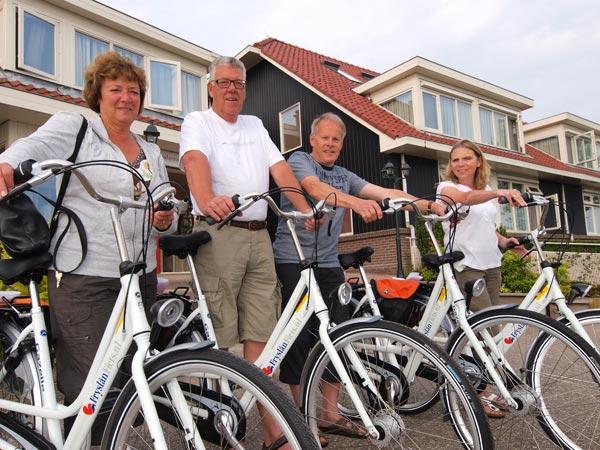 De eerste vier Fryslân Fietsen werden verhuurd aan gasten van Friesland Holland Travel, de reisorganisatie van het Friese bureau voor toerisme. Riana en Carlo Prick en Franks en Tineke Boelé (v.l.n.r.) fietsen er deze week de Elfstedenroute mee.