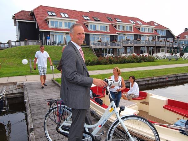 Hotel Galamadammen is het eerste Friese hotel waar de FryslânFietsen te huur zijn. Op de foto sales manager Gerard Haitsma met de Fryslân Fiets.