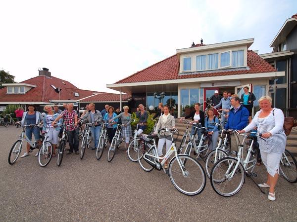 De staf van ROC De Friese Poort was de eerste groep die gebruik maakte van de Fryslân Fiets in het kader van een arrangement van het Staverse eventsbedrijf Simmermoarn.