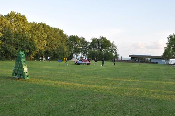 De eerste voetbalgolfbaan van Friesland op het strand van Gaasterland.