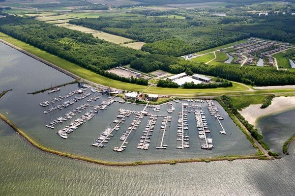 Flevo Marina, één van de vier jachthavens van de Stavorense familie De Vries aan het IJsselmeer. Hier zijn onder andere de jachtenimporteur Skips Yachting en zeilmakerij Skip Sails gevestigd.