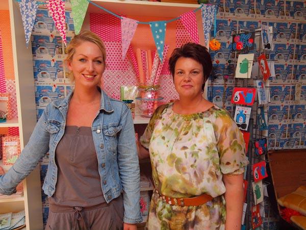 Hennie Broersma en Jacqueline ten Veen maken kleurrijke gipsbuiken, afdrukken van zwangere vrouwen, en verkopen cadeautjes die net zo zeldzaam zijn als zij zelf.