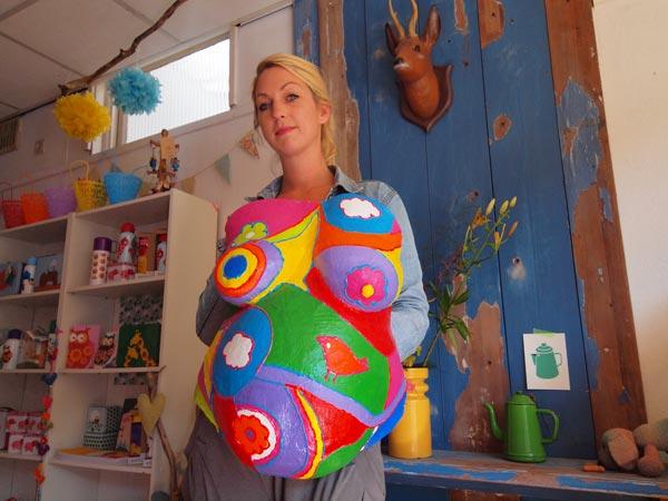 Hennie Broersma, zo slank als een den, geniet provinciale faam als maker van beschilderde gipsbuiken. Geen afdrukken van bierbuiken, maar van zwangere vrouwen.