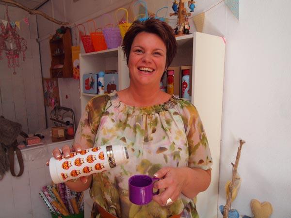Kopje koffie, glazenwasser? Maar dan wel uit een thermosfles van Jacqueline ten Veen die de halve aardkloot afstruint op zoek naar cadeautjes voor de webshop en de winkel.