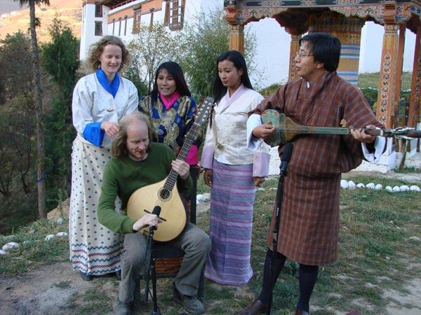 Het trio uit Bhutan en het duo uit Fryslân (links Linde Nijland, voor haar Bert Ridderbos).