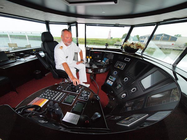 """Flying and sailing captain Cor Meijer in de cockpit. Hij vliegt naar verschillende havens om na een verlofperiode weer aan boord te gaan van """"zijn"""" Excellence Royal."""