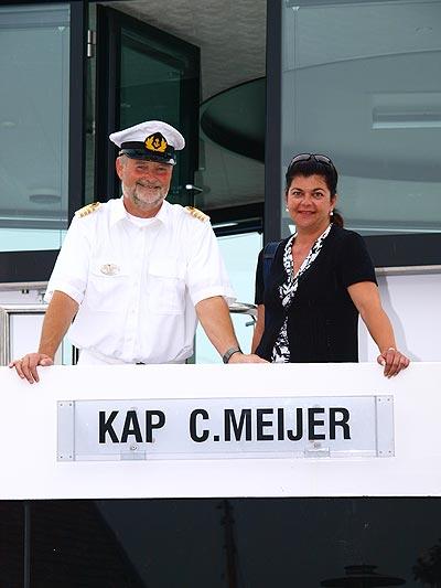 """De afstand tussen gasten en de kapitein is op een riviercruiseschip aanzienlijk kleiner dan op grote zeecruiseschepen. Iedereen mag dan ook een keer op de foto met de """"Kapitän""""."""