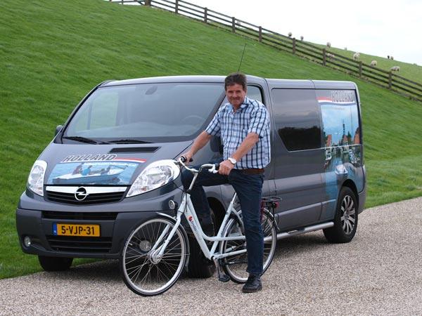 Albert Hendriks bij harde wind onder de Waddenzeedijk op zijn FryslânFiets voor de promotiewagen van Holland Tourist Information, een zusje van Friesland Holland. De FryslânFiets wordt gemaakt door Gazelle en is te huur en te koop bij Het Fietshoekje in Oudemirdum.