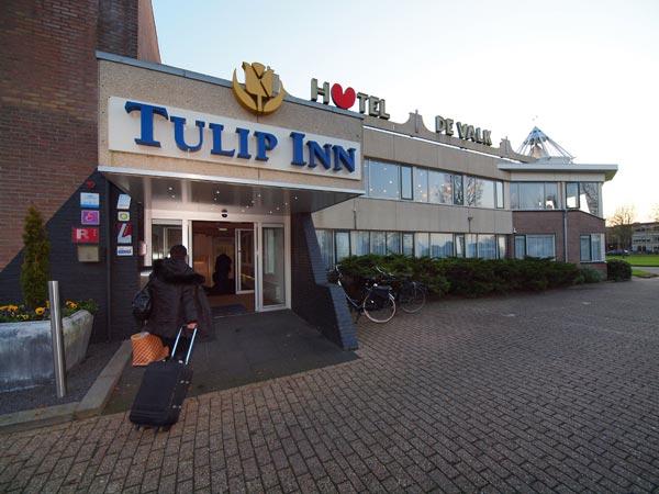 Tulip Inn De Valk is een geheel gerenoveerd hotel-restaurantbedrijf. Het parkeerterrein wordt ook nog helemaal herstraat.