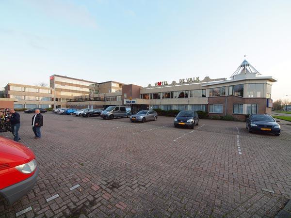 Tulip Inn Franeker is een fors hotel-restaurant met 42 kamers, verscheidene vergaderzalen en een groot restaurant met een serre. Het parkeerterrein herstraten en aankleden is de laatste fase van een grote renovatie.