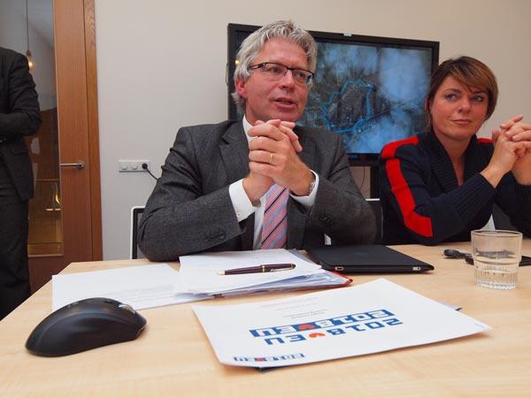 <b>Ferd Crone </b>(links) was op 15 november 2011 vier jaar burgemeester van Leeuwarden. Hij vindt dat zijn stad overduidelijk Europese allure heeft met zijn vooraanstaande instituten op het gebied van water, toerisme en zuivel. De stad is qua infrastructuur ook al op de goede — Europese — weg met een nieuw Zaailand (winkelwand en nieuw Fries Museum), een opwaardering van de bestuursstraat Tweebaksmarkt, vergroting van het winkelplezier in de oude binnenstad en verbetering van de toegankelijkheid en hotellerie. Rechts van de heer Crone toerisme-, cultuur- en financiëngedeputeerde van de provincie Fryslân, Jannewietske de Vries.