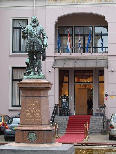 <b>Hofstad Leeuwarden.</b> Maastricht (http://www.via2018.eu/), Utrecht (http://www.utrecht2018.eu/), Den Haag (http://www.denhaag-2018.nl/) en Eindhoven (http://www.2018brabant.eu/)  zijn al een paar stations verder dan Leeuwarden. De Friezen hebben hun  loc al op het spoor, maar dat leidde in de verkeerde richting. Te  provinciaal vonden de mensen in Brussel. Nu moet Leeuwarden (www.fryslan2018.eu)  officieel de kar trekken van Fryslân2018. Op de bok zit Siem Jansen van  de NOM. Hij rekent op financiële steun van de Leeuwarder gemeenteraad  en Provinciale Staten. September 2012 moet het eerste voordrachtdossier, het bidbook, klaar zijn.