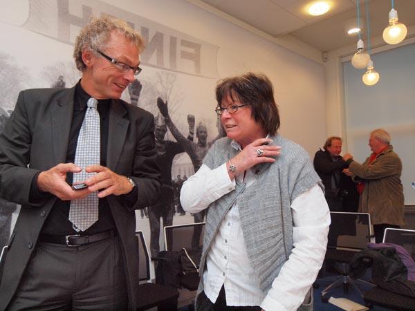 """<b>Siem Jansen</b>, hier in gesprek met PvdA-politica Griet van Duinen, is voorzitter van de Stichting Fryslân 2018. """"Winnen is voor mij belangrijker dan meedoen. Wij zijn een grote kanshebber."""" De Stichting is al twee jaar druk met Culturele Hoofdstad. De recente koerswijziging richting hoofdstad is geen energieverspilling, zegt hij."""