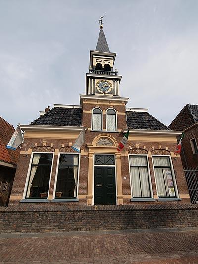 De gerestaureerde Doopsgezinde Vermaning, de Julianakerk van Oudebildtzijl. Gebouwd in 1806 en in 1906 uitgebreid met de ervoor liggende pastorie (nu museum en dorpslogement) en de gedetailleerde houten toren. Het orgel is gebouwd door Bakker & Timmenga in 1896. De kerk is in 1997 aangekocht door de gemeente Het Bildt en maakt sinds 1999 deel uit van het bezoekerscentrum dat in 2009 is omgedoopt tot Aerden Plaats. Het monumentale kerkgebouw is deelnemer van de Bildtse Kerkenroute en Tsjerkepaad.