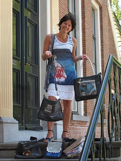 Ze worden aan huis afgeleverd, indien via de website besteld, de tassen van Jeannette Roeles (foto) en Rosemarie Koning. De collectie wordt geëxposeerd in de schoenenzaak van Rosemarie aan de Van Harenstraat in Wolvega.
