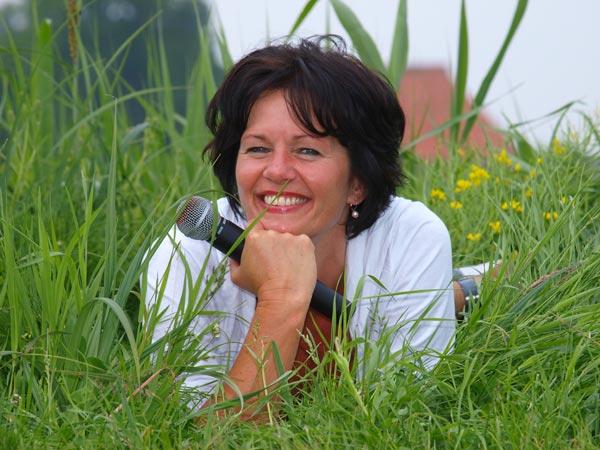 Het gras bij de buren is altijd groener en daarom werkt Jeannette Roeles uit Ter Idzard niet meer als secretaresse bij Gerard van Klaveren, stamhoofd in de gemeente Weststellingwerf (Wolvega), maar bij Tjeerd van der Zwan, burgemeester van de gemeente Heerenveen. De gekke-tasjes-naaister Jeannette is ook zangeres bij The Lion Rules, een duo dat zij vormt met Yska de Leeuw uit Joure