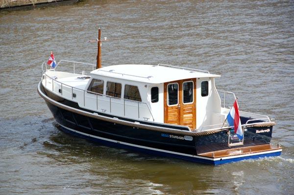 De Rego Standard is een Barkas-achtig vletjacht met een open kuip.
