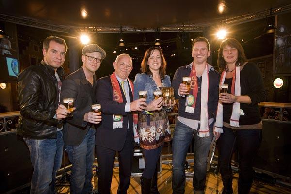 Algemeen Directeur Heineken Nederland Philip de Ridder (derde van links) en rechts van hem Froukje en Peter Fabriek.