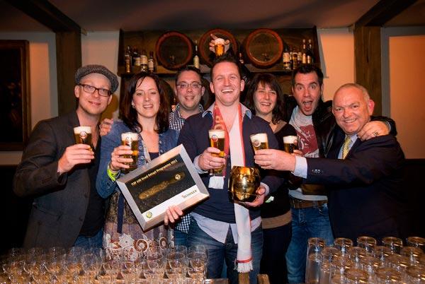 In het midden Froukje Fabriek (met de oorkonde) en Peter Fabriek met  de Algemeen Directeur van Heineken Nederland, Philip de Ridder (geheel  rechts).