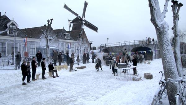 Een droomplaatje van de kleinste Elfstedenstad, Sloten, een scene uit De Hel  van '63 van de Friese filmer en acteur Steven de Jong.