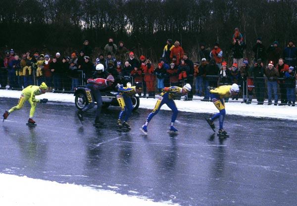 De toppers van de Elfstedentocht van 1997 naderen de finish in de Bonkevaart (Bonkefeart).